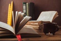 Alte Bücher mit offenen Seiten auf hölzernem Hintergrund, Lizenzfreie Stockfotos