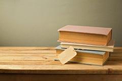 Alte Bücher mit Preis auf Holztisch Lizenzfreie Stockfotos