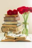 Alte Bücher mit rosafarbener Blume Lizenzfreies Stockfoto