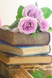 Alte Bücher mit rosafarbener Blume Stockfoto