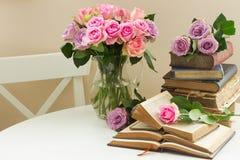 Alte Bücher mit rosafarbener Blume Lizenzfreies Stockbild