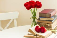 Alte Bücher mit roter Blume Stockfotos