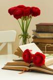 Alte Bücher mit roter Blume Stockbilder