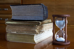 Alte Bücher mit Sanduhr Stockfoto