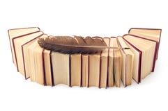 Alte Bücher mit Spulefeder auf Weiß Lizenzfreie Stockfotos
