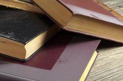 Alte Bücher mit Staub Lizenzfreie Stockfotografie