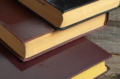 Alte Bücher mit Staub Lizenzfreie Stockfotos