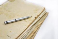 Alte Bücher mit Stift Stockbilder