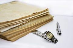 Alte Bücher mit Stift Lokalisierte Dokumente Lizenzfreies Stockfoto