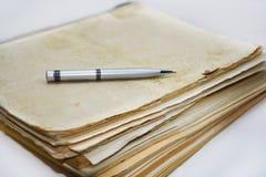 Alte Bücher mit Stift Lokalisierte Dokumente Lizenzfreies Stockbild