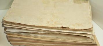 Alte Bücher mit Stift Lokalisierte Dokumente Stockfotografie