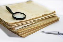Alte Bücher mit Stift Lokalisierte Dokumente Lizenzfreie Stockfotos