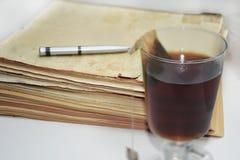 Alte Bücher mit Stift Lokalisierte Dokumente Stockfotos