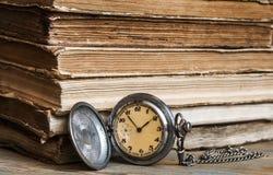 Alte Bücher mit Tasche stoppen auf einem Holztisch ab Lizenzfreie Stockfotos