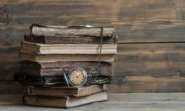 Alte Bücher mit Tasche stoppen auf einem Holztisch ab Lizenzfreie Stockfotografie