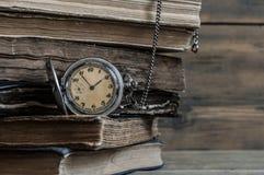 Alte Bücher mit Tasche stoppen auf einem Holztisch ab Lizenzfreies Stockfoto