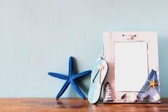Alte Bücher mit Weinlese stecken Uhr auf einem Holztisch ein Retro- gefiltertes Bild Stockbild