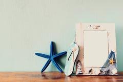 Alte Bücher mit Weinlese stecken Uhr auf einem Holztisch ein Retro- gefiltertes Bild Stockfoto