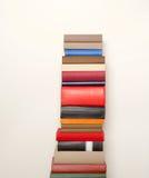 Alte Bücher nahe der Wand Lizenzfreies Stockbild
