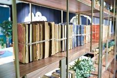 Alte Bücher oben gebunden mit Seil auf Regal Stockfotos