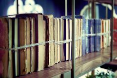 Alte Bücher oben gebunden mit Seil auf Regal Lizenzfreie Stockfotos