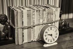 Alte Bücher oben gebunden mit Seil und Wecker Lizenzfreies Stockbild