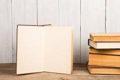 Alte Bücher oder Lehrbücher des gebundenen Buches auf hölzernem Hintergrund Lizenzfreie Stockfotos