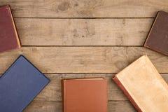 Alte Bücher oder Lehrbücher des gebundenen Buches auf Holztisch Stockfotografie