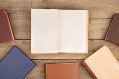 Alte Bücher oder Lehrbücher des gebundenen Buches auf Holztisch Lizenzfreies Stockfoto
