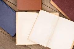 Alte Bücher oder Lehrbücher des gebundenen Buches auf Holztisch Lizenzfreies Stockbild