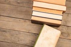 Alte Bücher oder Lehrbücher des gebundenen Buches auf Holztisch Stockbilder
