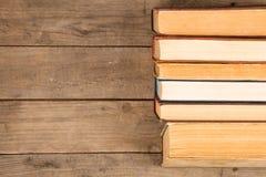 Alte Bücher oder Lehrbücher des gebundenen Buches auf Holztisch Stockfoto