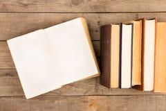 Alte Bücher oder Lehrbücher des gebundenen Buches auf Holztisch Lizenzfreie Stockbilder