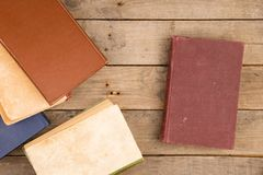Alte Bücher oder Lehrbücher des gebundenen Buches auf Holztisch Stockfotos