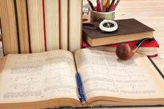 Alte Bücher, Pfeife und Kompass Stockfotografie