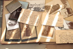 Alte Bücher, Postkarten, Buchstaben und Fotos Stockbild