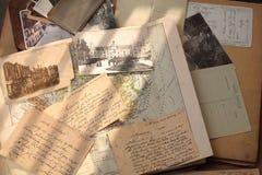 Alte Bücher, Postkarten und Buchstaben Stockbild