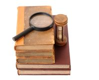 Alte Bücher, Sanduhr und Vergrößern Lizenzfreie Stockbilder