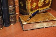 Alte Bücher, Schmuckkästchen und Stift Stockfotos