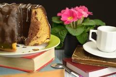 Alte Bücher Schokolade Gugelhupf zacken Blumen Schalen-Löffel aus Stockbilder
