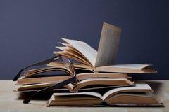 Alte Bücher Selektiver Fokus Flache Schärfentiefe Lizenzfreie Stockfotos