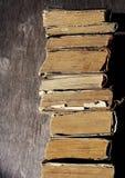 Alte Bücher Stapel von alten Büchern auf einem hölzernen Hintergrund Lizenzfreie Stockfotos