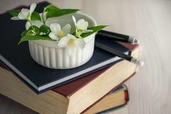 Alte Bücher, Tagebuch und ein Jasmin blühen Stockfoto