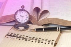 Alte Bücher, Taschenuhr, Papier und Füllfederhalter Lizenzfreie Stockbilder