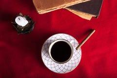 Alte Bücher, Tasse Kaffee, Zigarette und alte Kerze auf dem Re Stockbild