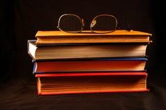 Alte Bücher u. Gläser Stockfotos