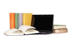 Alte Bücher u. Laptop Lizenzfreie Stockbilder