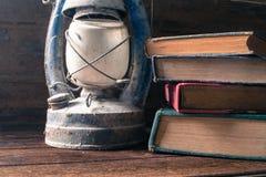 Alte Bücher und alte Laternenweinlese auf dem hölzernen Stockfotos