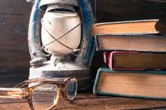 Alte Bücher und alte Laternenweinlese auf dem hölzernen Lizenzfreie Stockbilder