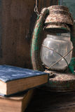 Alte Bücher und alte Laternenweinlese auf dem hölzernen Stockbilder